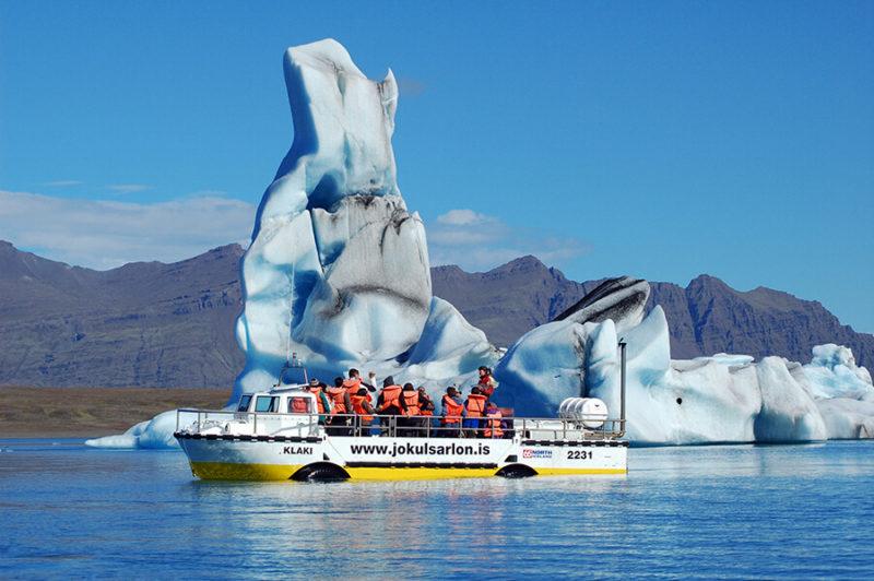 ヨークルスアゥルロゥンの湖を水陸両用のボートで楽しむツアー