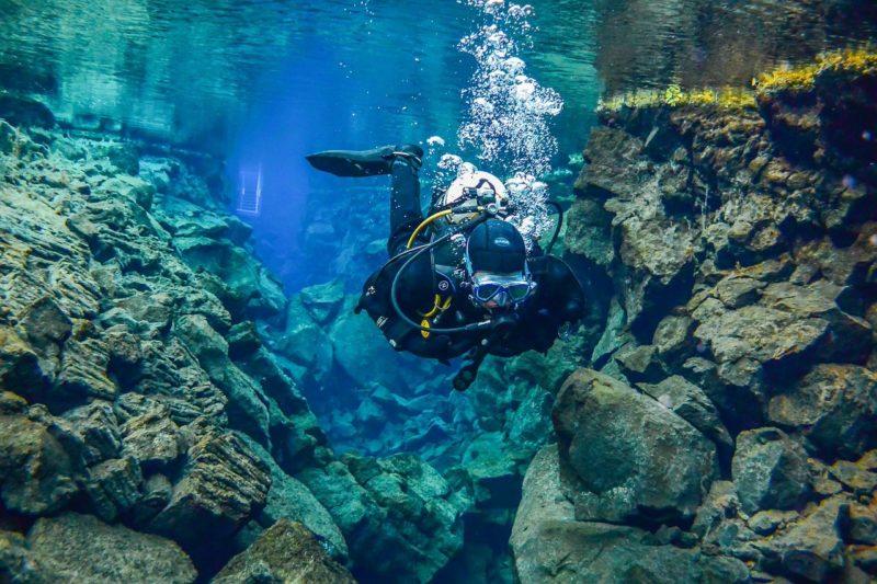 シルフラの泉でダイビングをしている光景