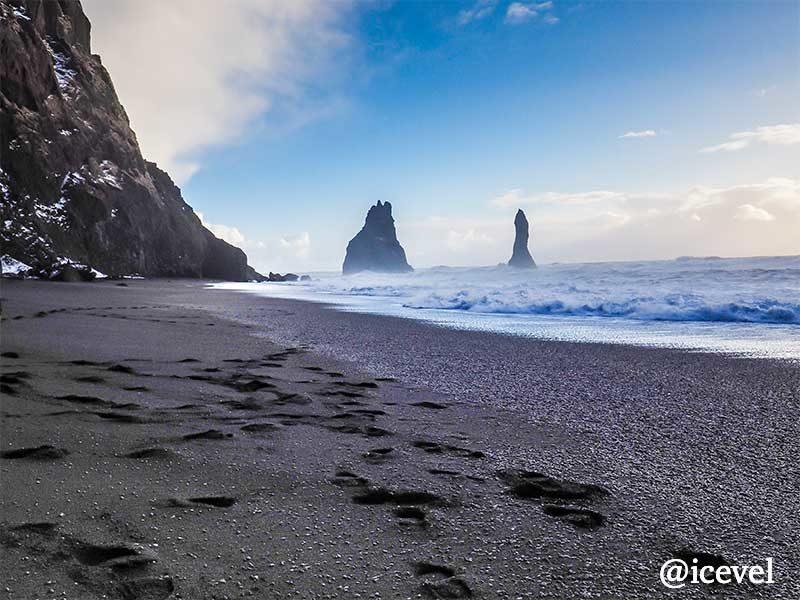 海に突き出た巨大な岩のレイニスドランガル