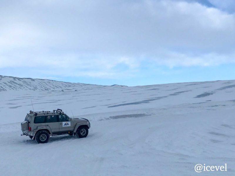 氷河の上を走るスーパージープ