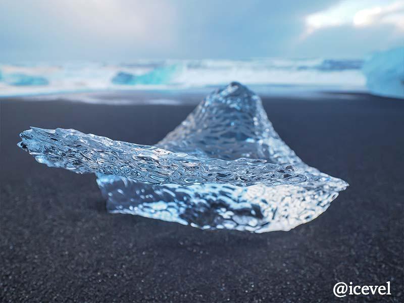 ダイヤモンドビーチに打ち上がった氷河の塊