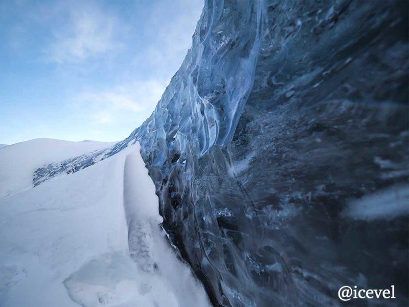 氷河の下を掘って現れた氷