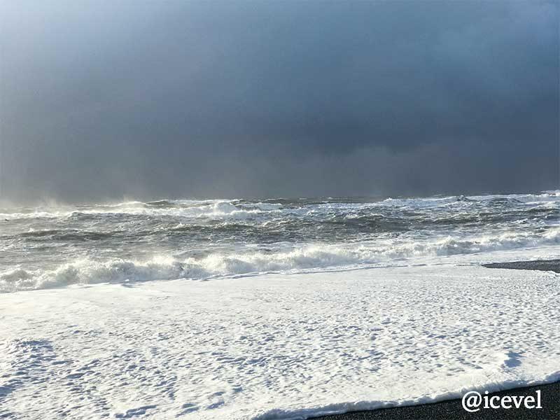 ブラックサンドビーチの高い波
